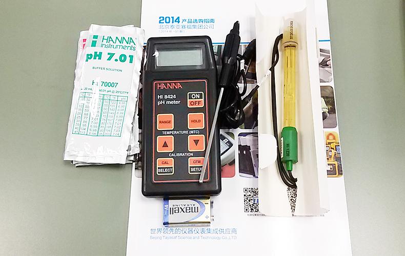 HI8424便携式防水型温度测定仪 产品简介 便携式微电脑酸度pH-氧化还原ORP测定仪,优良的防水性,操作便捷,是市场上销售最大也最受欢迎的酸度测定仪产品。 内置三个酸度标准校准点(pH4.01,7.01,10.01),1、2点自动校准识别,可避免出现校准错误。 开机自检,显示电池电量,BEPS 低电量防护系统,当电池电量过低时将自动关机,避免测值错误。 使用氧化还原ORP电极可实现氧化还原电位测量,自动选择解析度;读数达到699.